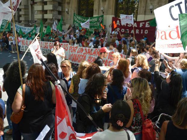 Los docentes debaten si aceptan o no la propuesta de un aumento del 19 por ciento en marzo y un 12 en julio. (Foto: F: Guillén)